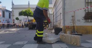 Un operario municipal retirando la placa de la plaza de Las Bodegas por simbología franquista el pasaso mes de junio. / P.P.M.