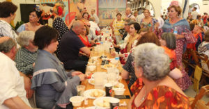 Disfrutando de la rica gastronomía que ofrece la Feria de Primavera y Fiesta del Vino Fino. / P.P.M.