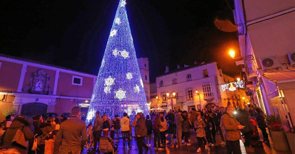 Árbol-gigante-de-Navidad-en-la-Plaza-de-La-Herrería