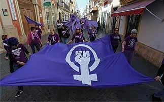 El Puerto se echa a la calle en favor de la igualdad