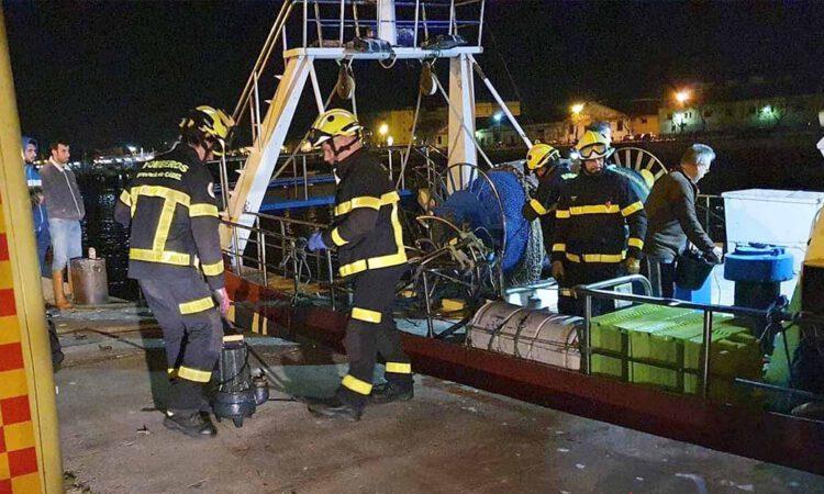 Bomberos achican agua de un barco que se estaba hundiendo en El Puerto