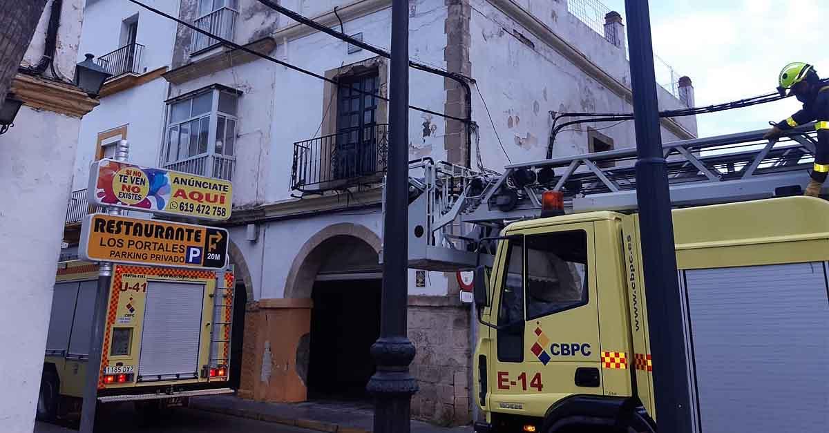 Bomberos intervienen en un desprendimiento de parte de la fachada de un edificio de la calle Luja