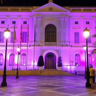 El Ayuntamiento viste su fachada de rosa por el Día Mundial contra el Cáncer de Mama