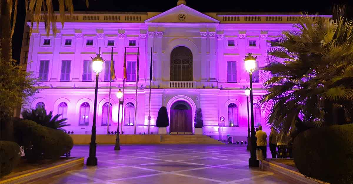 El Ayuntamiento de El Puerto ilumina su fachada por el Día Mundial del Duelo Perinatal