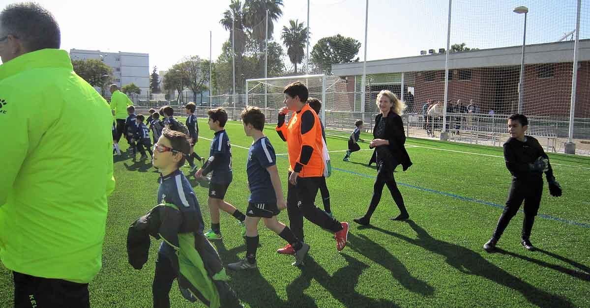 La escuela municipal de fútbol estrena el nuevo césped artificial del campo de El Juncal