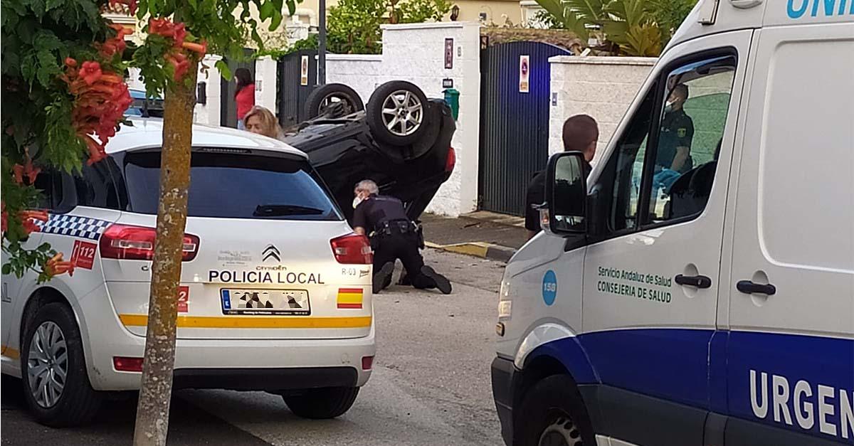 Aparatoso accidente en Valdelagrana: vuelca un coche con tres personas en su interior