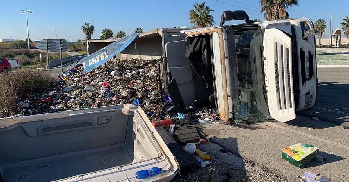 Un herido leve tras volcar un camión de gran tonelaje en El Puerto