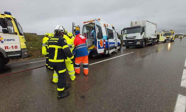 Un herido en un aparatoso accidente de tráfico entre dos camiones en la A-2002