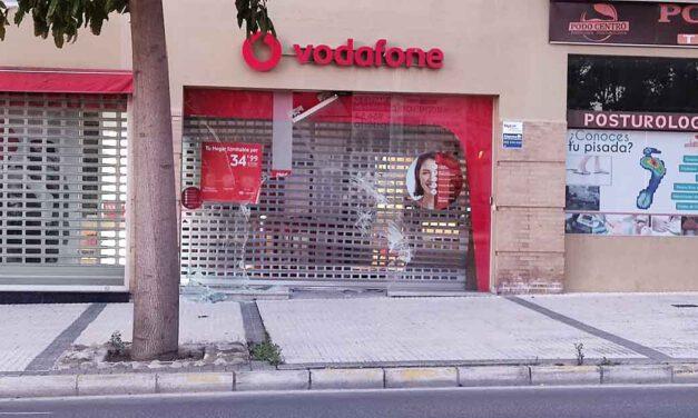 Roban en una tienda Vodafone en El Puerto empotrando un coche contra el escaparate