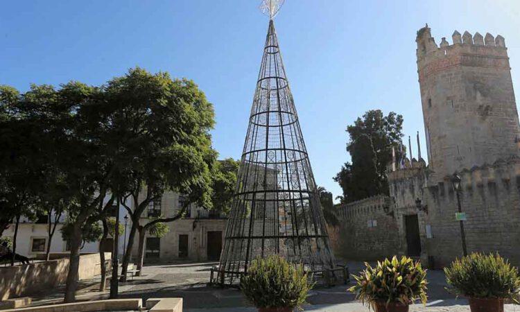 El gran árbol de Navidad se instala en la Plaza del Castillo