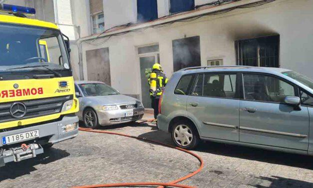 La Policía Local evacúa a 15 personas de una vivienda en un incendio en El Puerto