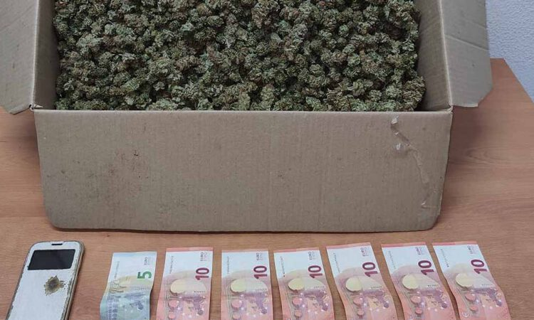 Detenido en El Puerto con una caja con más de tres kilos de marihuana