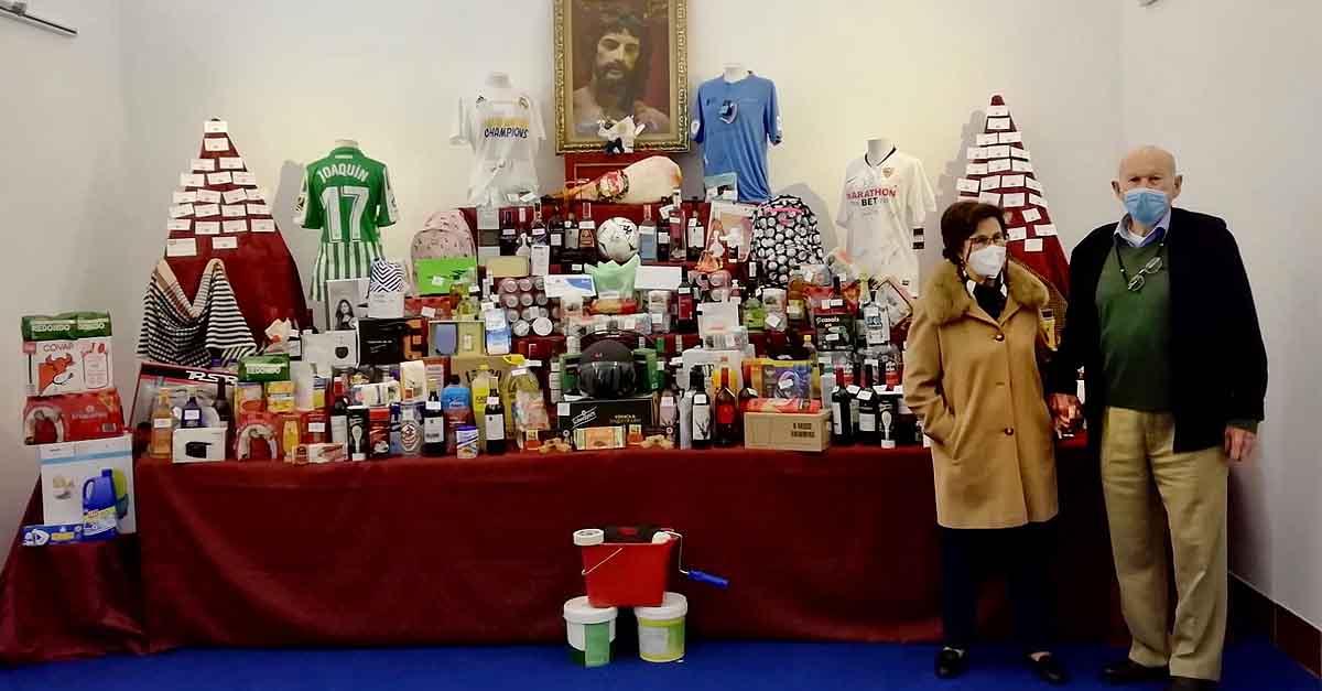 La Hermandad del Resucitado entrega su cesta de Navidad a los ganadores del sorteo