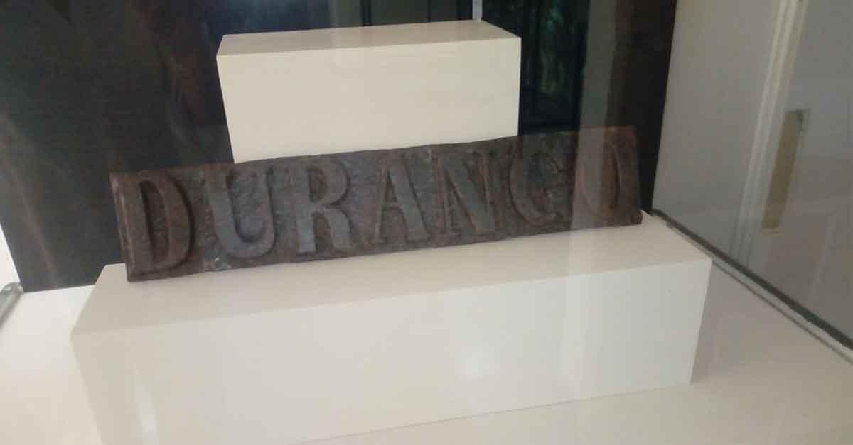Un rótulo de la calle Durango realizado en hierro fundido, nueva pieza del mes