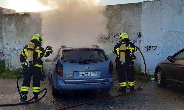 Los bomberos extinguen un incendio en un vehículo en El Puerto