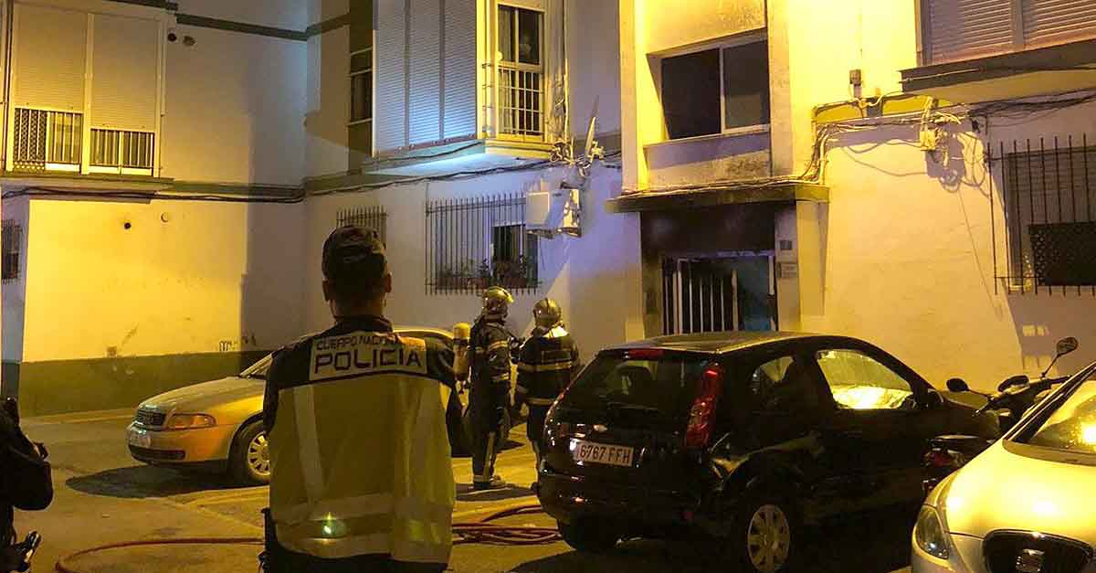 La rápida actuación de la Policía evita males mayores en un incendio en El Puerto