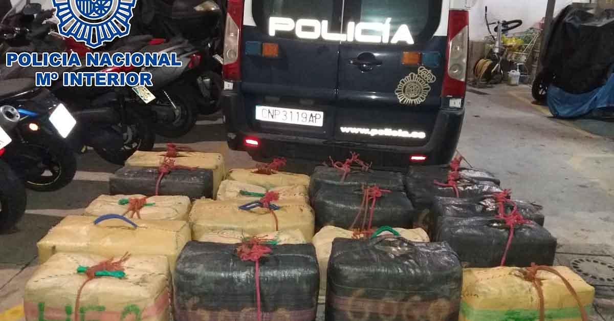 La Policía Nacional frustra un alijo de hachís interviniendo 18 fardos y una embarcación