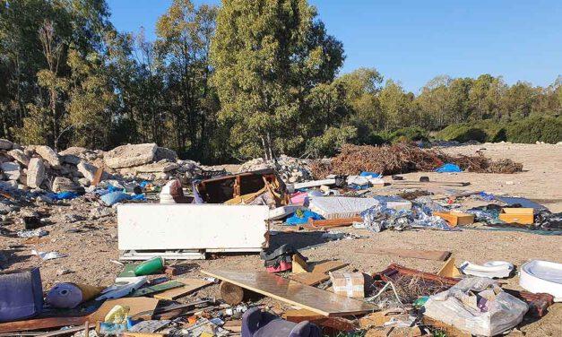 La escombrera del Rancho Linares se convierte en un macrovertedero de basuras