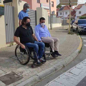 Curro Martínez reitera su apuesta por la accesibilidad recorriendo en silla de ruedas las calles de El Puerto