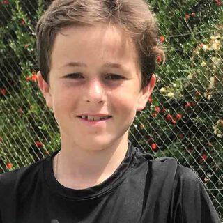 Nuevo éxito para el tenista Louis d'Auzac, que se trae para El Puerto el trofeo del torneo Tepatos en Sevilla