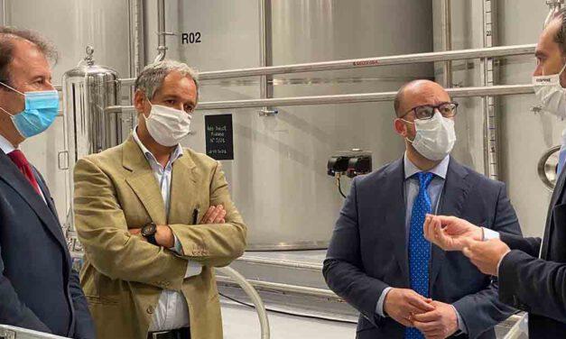 Beardo visita la planta de la Bodega El Tiro de Osborne