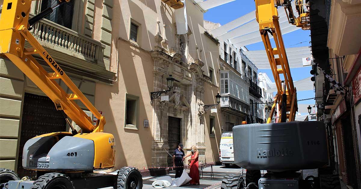 La instalación de toldos que se ubican en la calle Luna se encuentran en su fase final