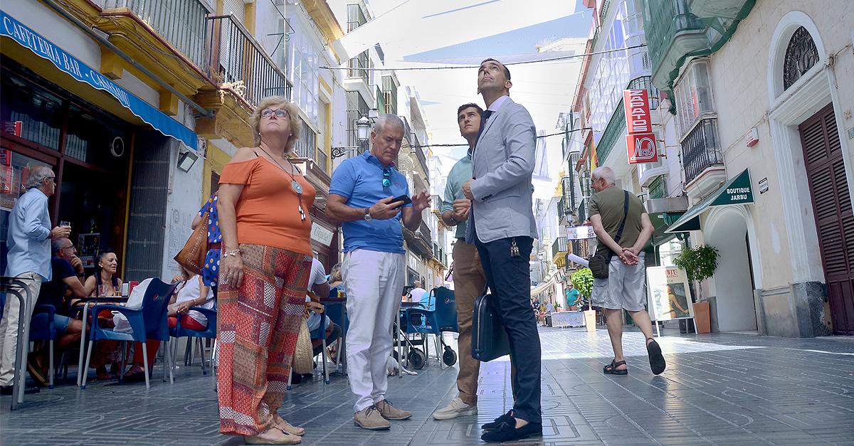 La instalación de los toldos en el centro de El Puerto terminará la semana que viene