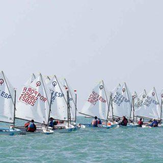 La bahía de Cádiz despide y recibe año a toda vela