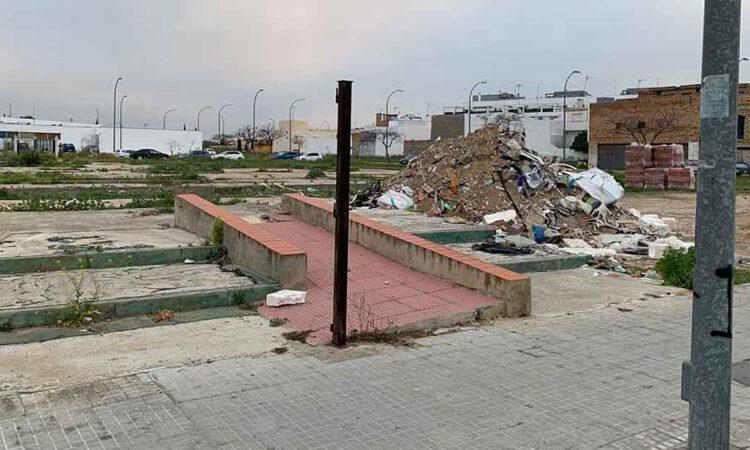 Denuncian el vertedero en que han convertido un solar de Avenida de La Diputación