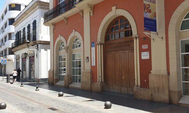 La biblioteca Rafael Esteban Poullet cierra sus puertas tras el positivo de un trabajador