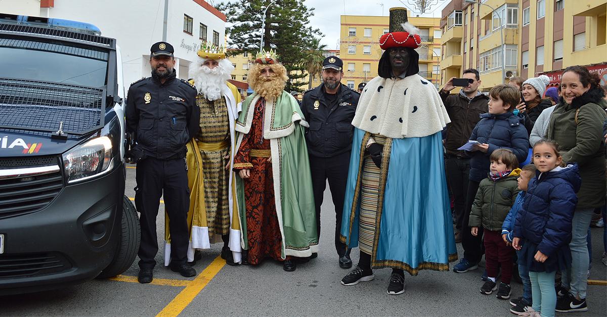 Los Reyes Magos visitan a los niños en la Comisaría de El Puerto