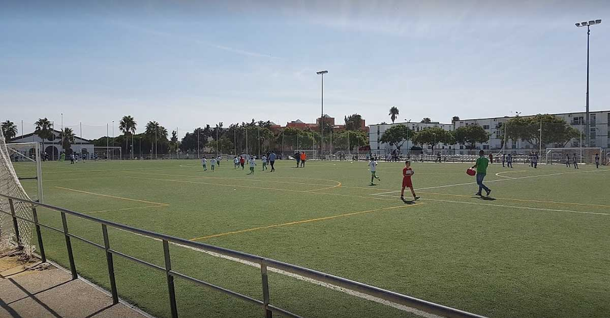 El campo de fútbol de El Juncal estrenará césped artificial en los próximos días