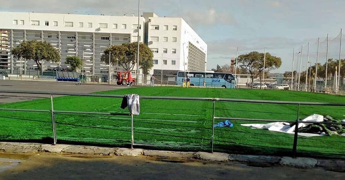 Comienza la instalación del nuevo césped artificial en el campo de El Juncal