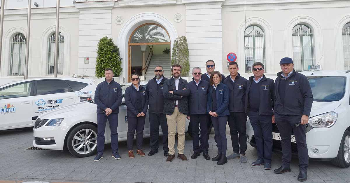 Los taxistas de El Puerto llevarán uniforme con el escudo del Ayuntamiento