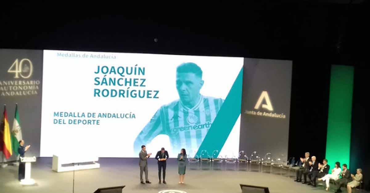 Joaquín recibe la Medalla de Andalucía ante la ovación del Maestranza