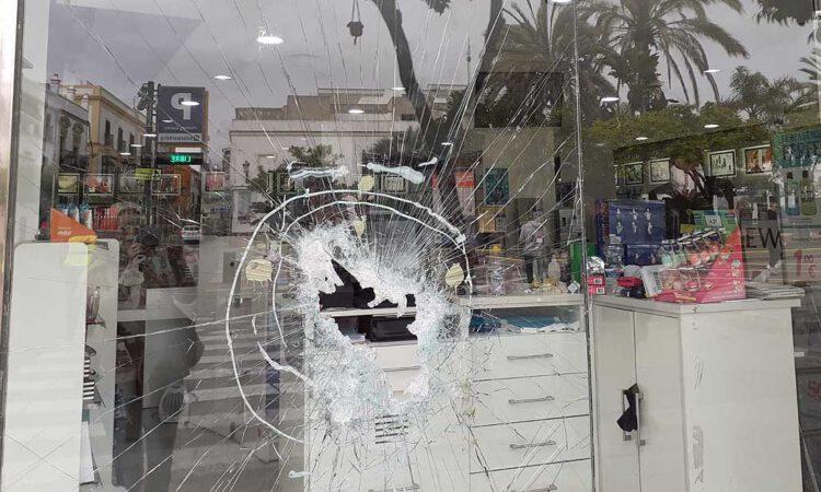 Detenido por lanzar una tapa de alcantarilla contra el escaparate de una tienda
