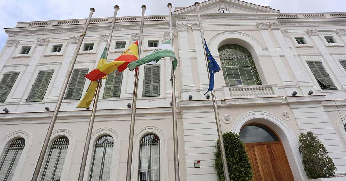 Banderas a media asta en El Puerto por los fallecidos por coronavirus