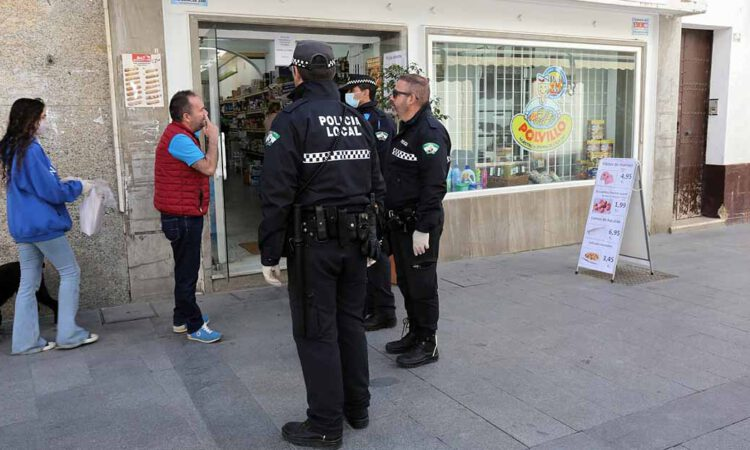 La Policía pide a los viandantes los recibos de sus compras