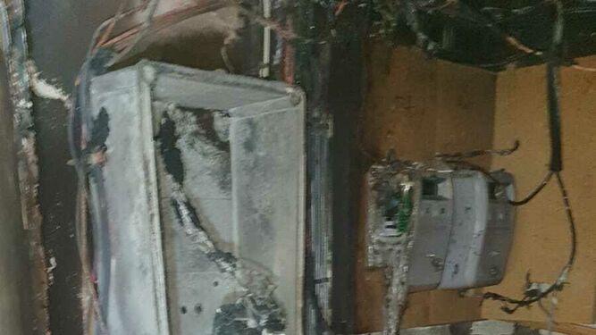 Bomberos extinguen un incendio en un edificio en la calle Uva Pedro Ximénez