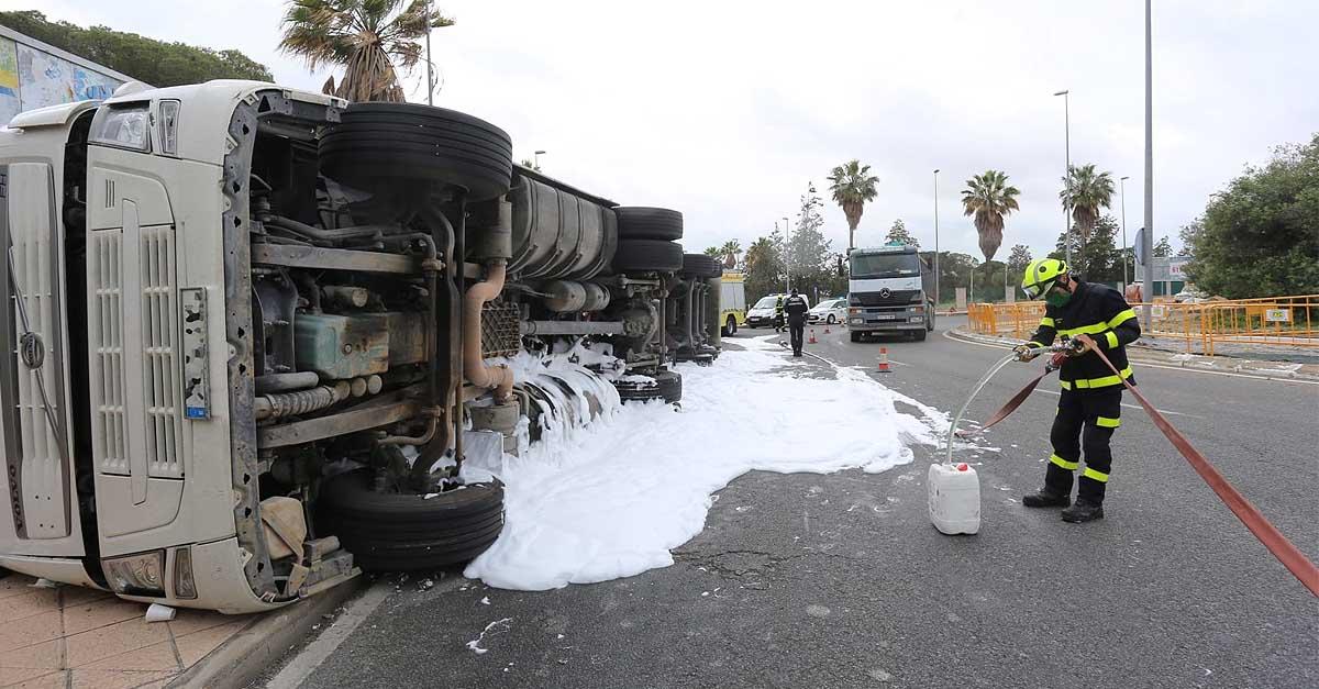 Vuelca un camión de gran tonelaje a la altura de la rotonda de acceso a Valle Alto, sin heridos