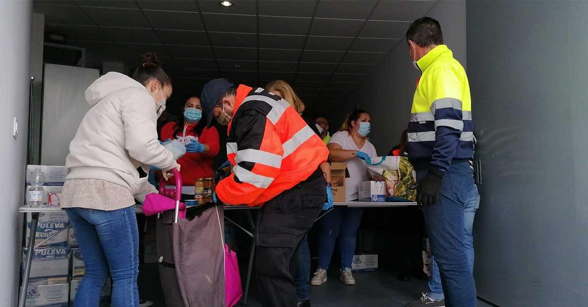 Primer miércoles de reparto de alimentos a familias necesitadas en el Centro Cívico