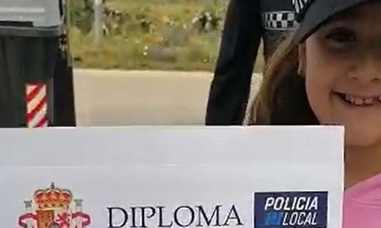 Sorpresa, gorra y diploma… ilusión, la Policía Local sorprende a una niña portuense por su primera comunión