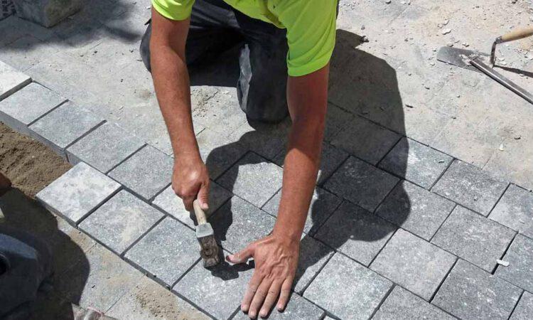 Mantenimiento Urbano trabaja en la reparación de acerados y baches en la zona de Crevillet