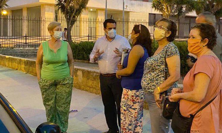 Curro Martínez atiende las peticiones de mejora de los vecinos de Los Milagros