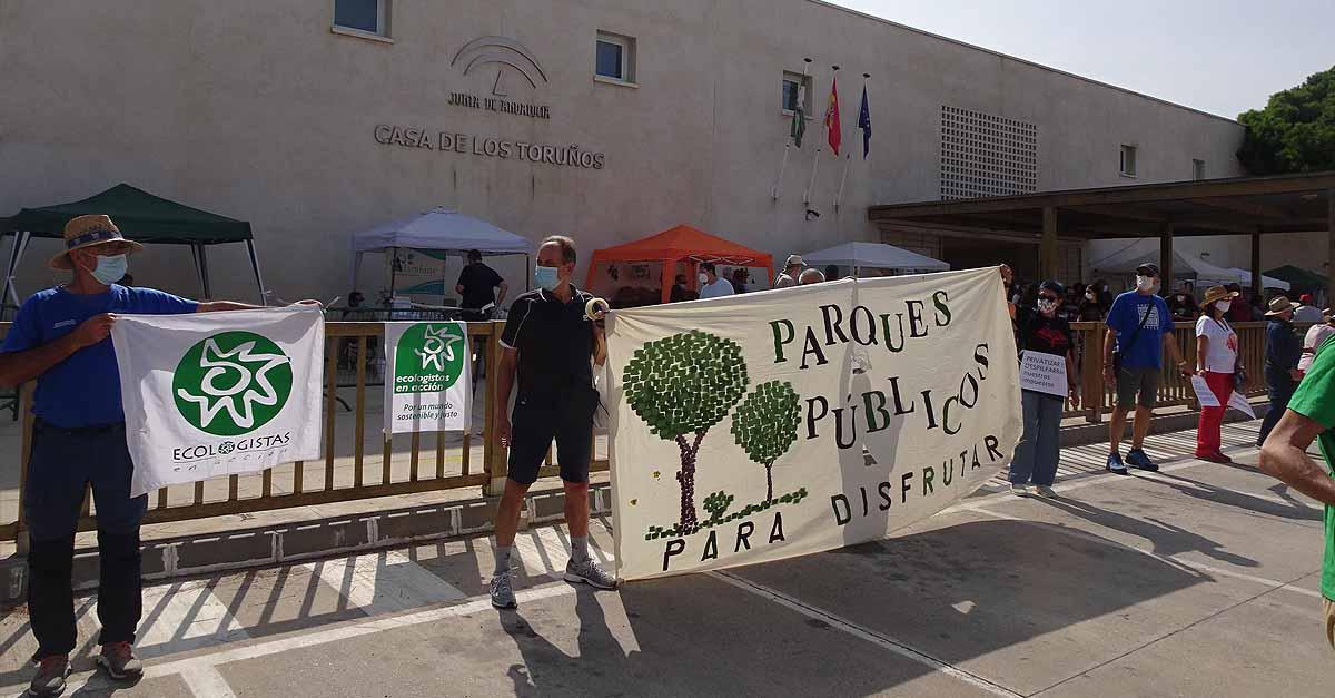 Multitudinaria cadena humana en El Puerto contra la privatización de Los Toruños