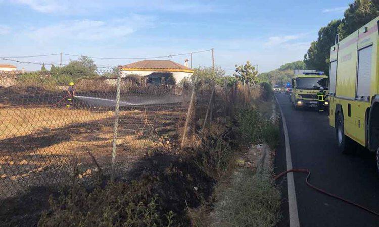 Bomberos extinguen un incendio de pastos en la A-491 con varias viviendas desalojadas