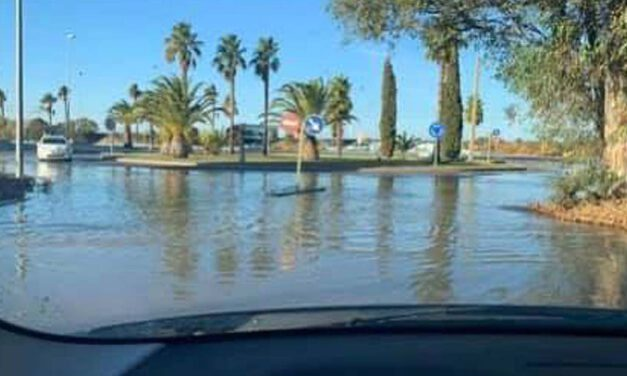 La rotura de una tubería en Valdelagrana inunda una de sus entradas
