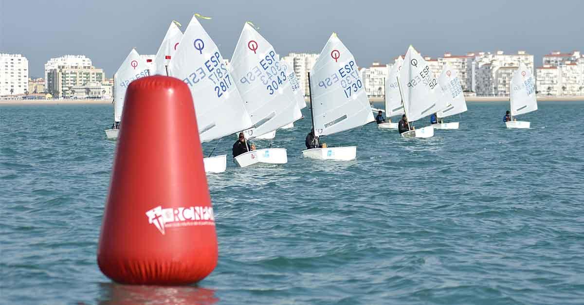 Cuellar, Carrasco, Serrano, Arauz y Franco, se reparten los triunfos del provincial de Optimist en la bahía de Cádiz