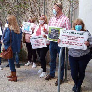 El movimiento vecinal exige en el Pleno el pago de las subvenciones