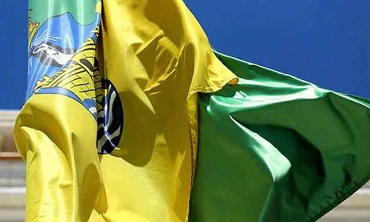 Una bandera a la altura de la ciudad